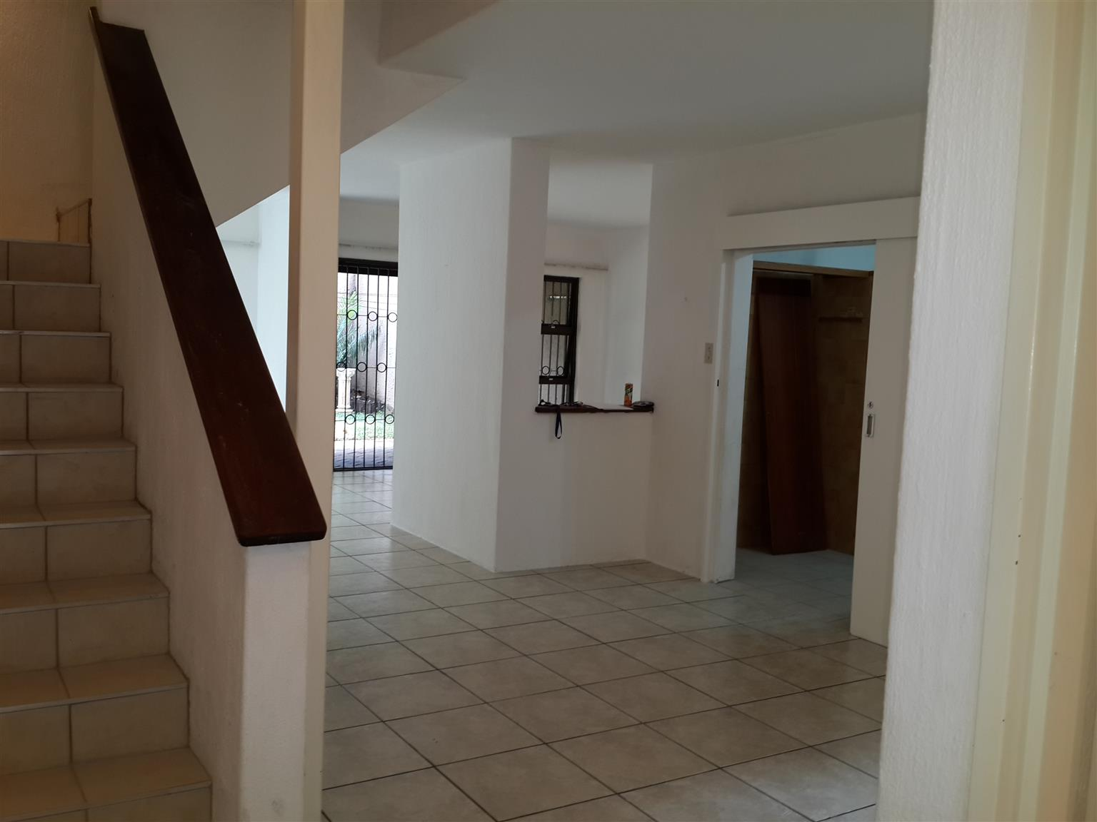 """PARKTOWN - UPMARKET LARGE 3 BEDROOMED TOWNHOUSE IN FULLY SECURE COMPLEX"""""""