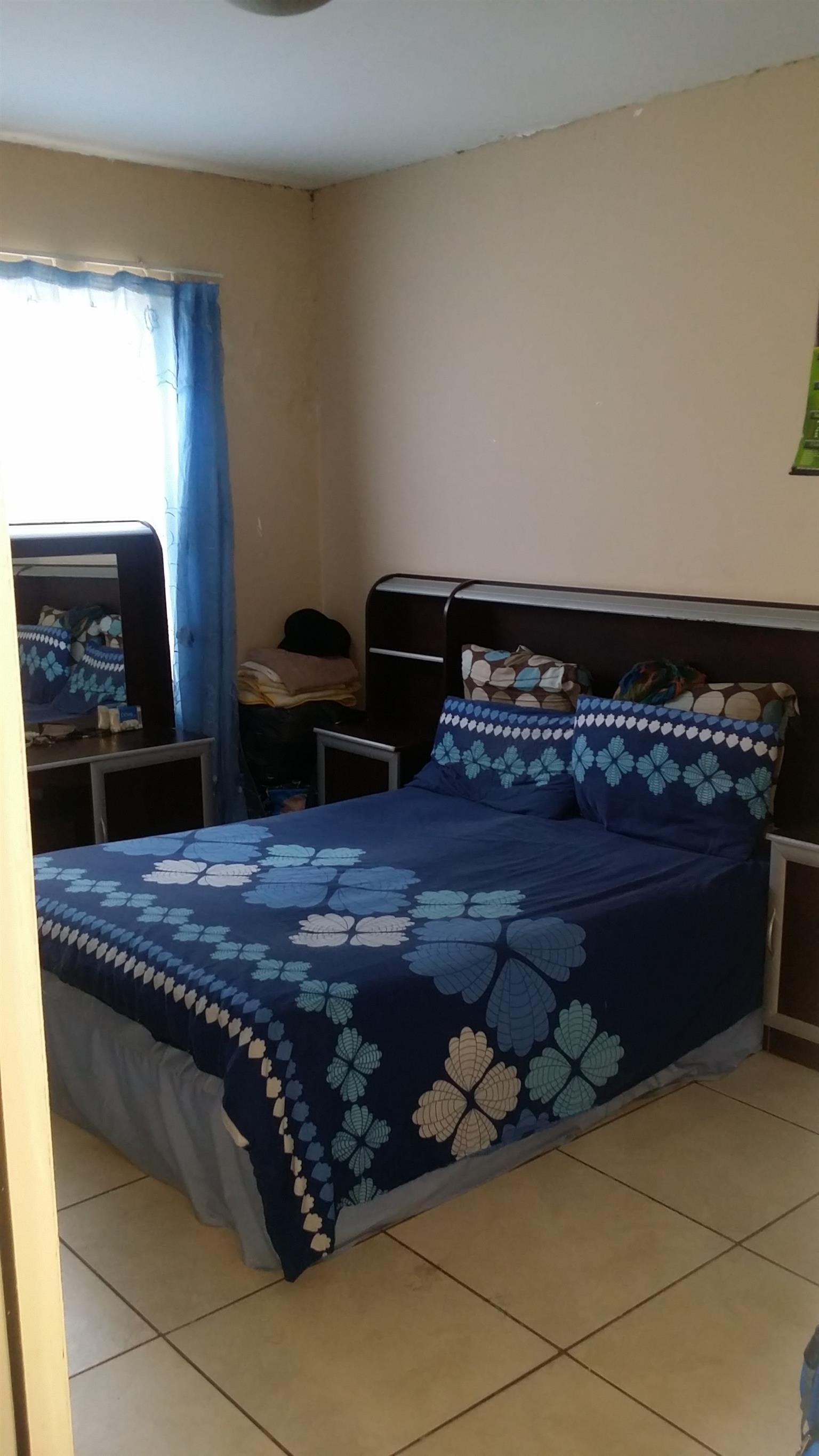 Big bedroom with built in cupboards to let in Kensington