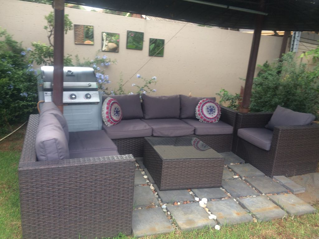 PATIO 6 CHAIRS & TABLE & STORAGE CNR UNIT WITH CUSHIONS