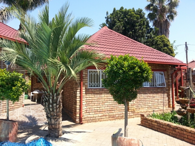 Theresapark Flat to let in Landlords garden. Modern, 2 bed, 1 bath with shower, carport with remote gate entrance. Beautiful Kitchen