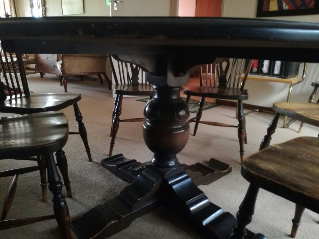 Solid wooden round dining table - Black