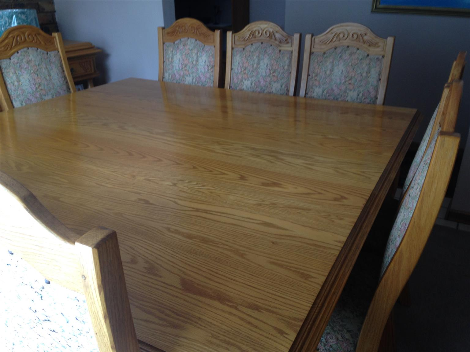 Solid oak diningroom table and chairs