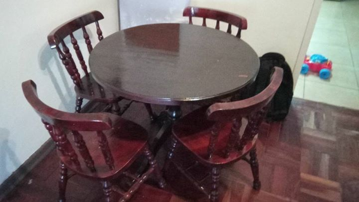 4 Seater wooden round dining table