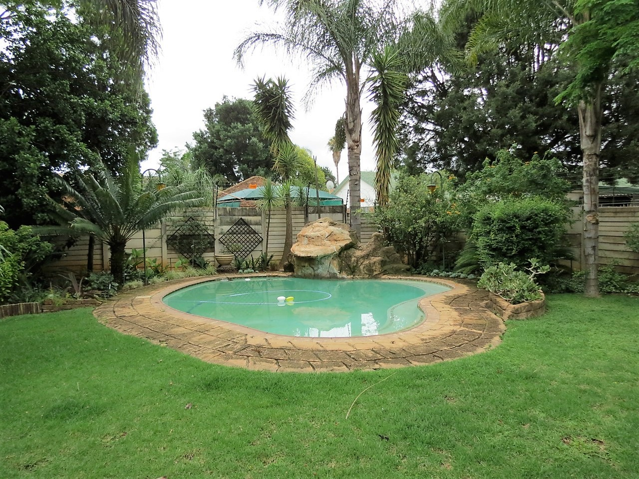 WAVERLEY : 3 BEDROOM HOUSE WITH BACHELOR FLAT TO RENT
