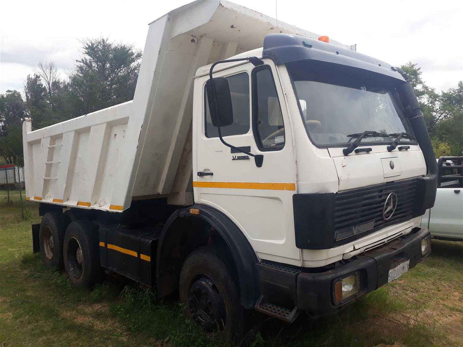 Mercedes 2225 10 cub tipper