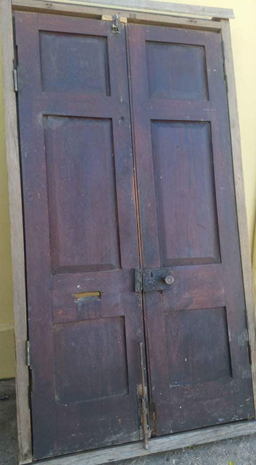 Donker hout deur met kosyn