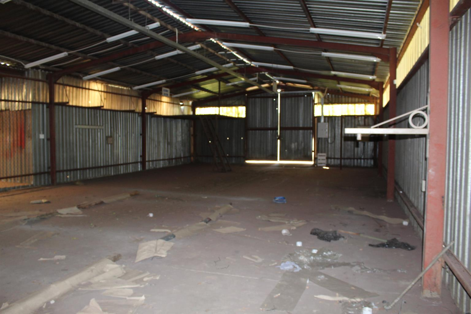 BENONI ON  1.55 Ha.-VERY LARGE WORKSHOP(800 Sq M PLUS) 3 PHASE, BOREHOLE,LFULL WALLED-FLOODLIGHTS-LARGE HOUSE-SEE THIS!!