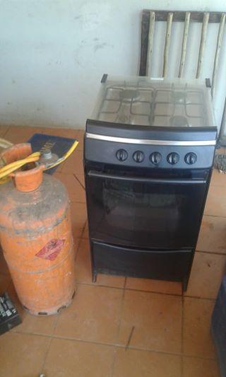 4 plaat gas stoof met oond 19 kilos gas bottel en pyp te koop