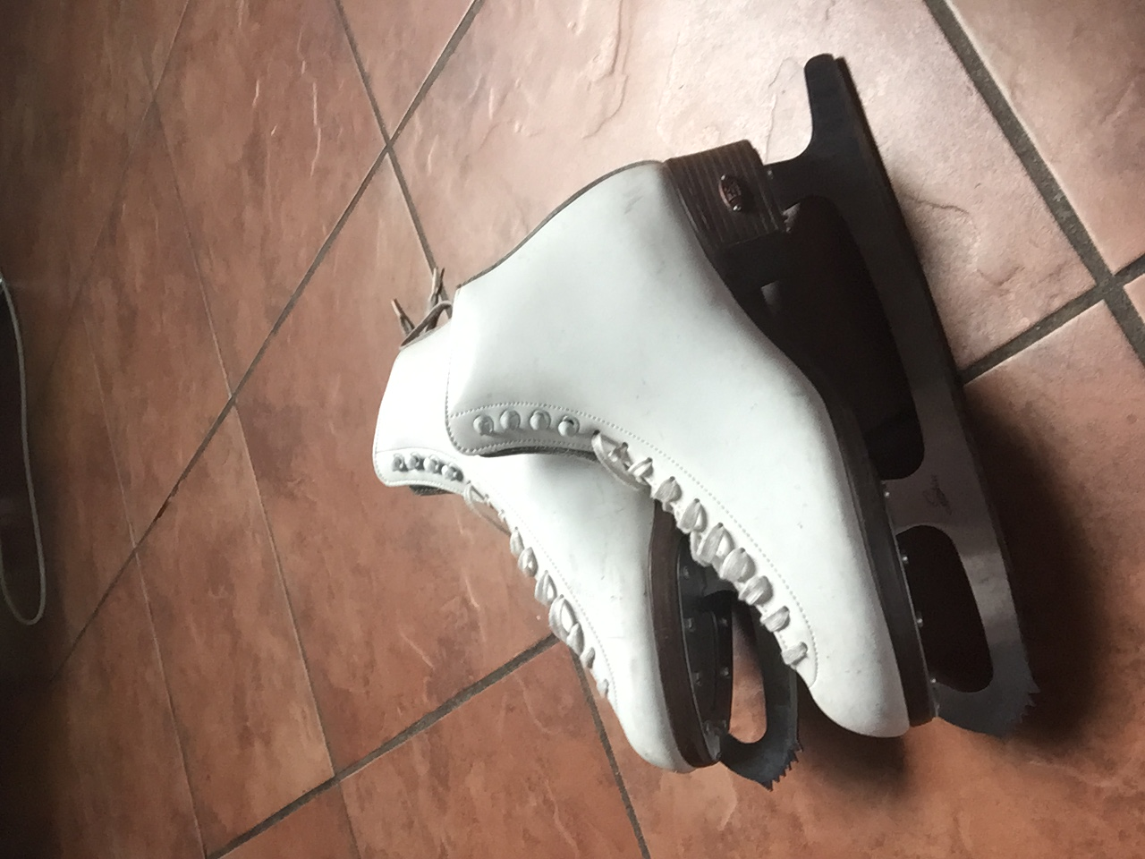 FIGURE SKATES, SIZE 9 LADIES, EXCELLENT COND, USED ONLY ONCE. R800