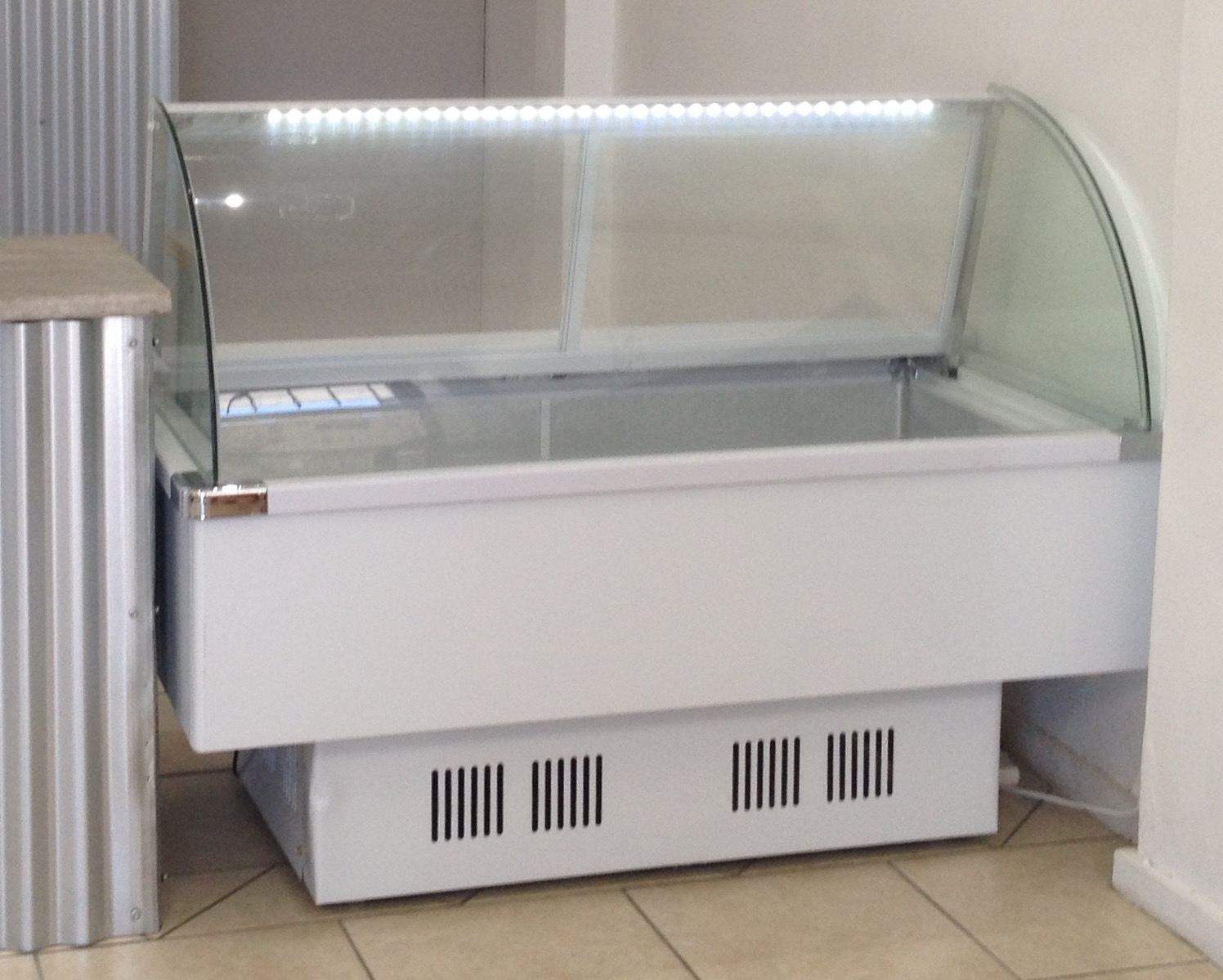 Display fridge/ freezer as new