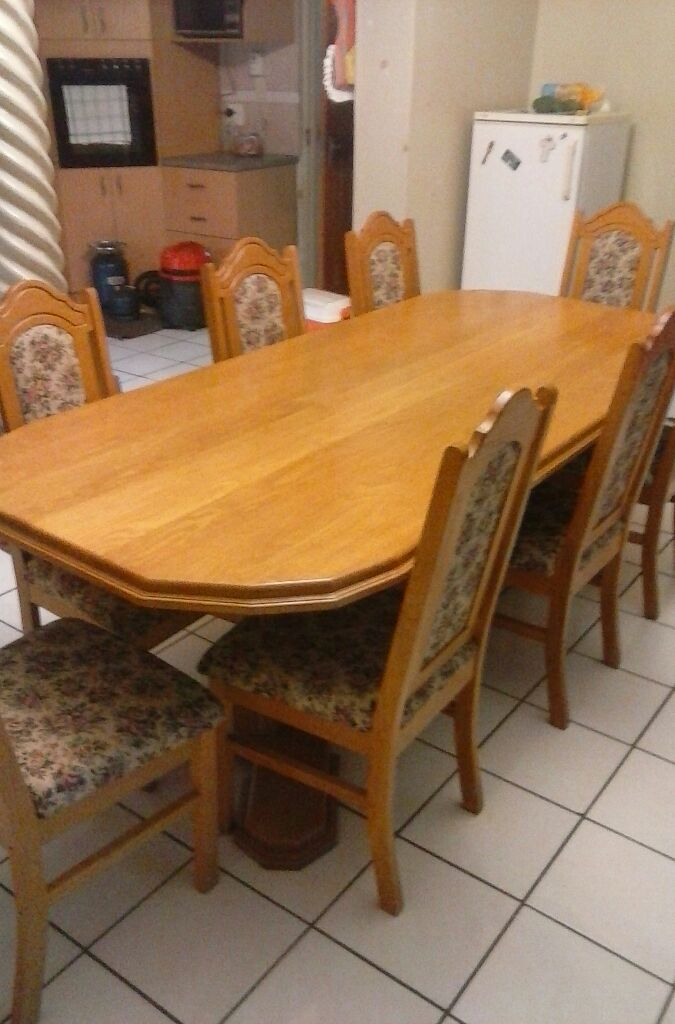 BEAUTIFUL 11PCE SOLID WOOD DINING ROOM SUITE IN MINT CONDITION