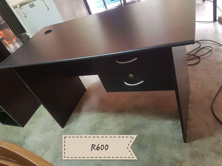 Dark wooden 2 drawer desk