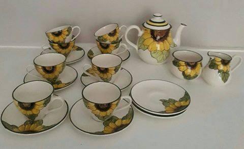 teestel,,8 koppies en pierings, teepot, melkbeker en suikerpot