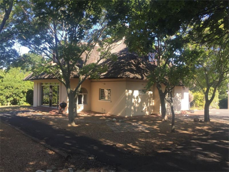 6 BEDROOM LODGE-STYLE HOUSE WITH GRANNY FLAT TO RENT IN SOMERSET WEST FOR THE PRICE OF A 4 BEDROOM! AVAILABLE NOW!