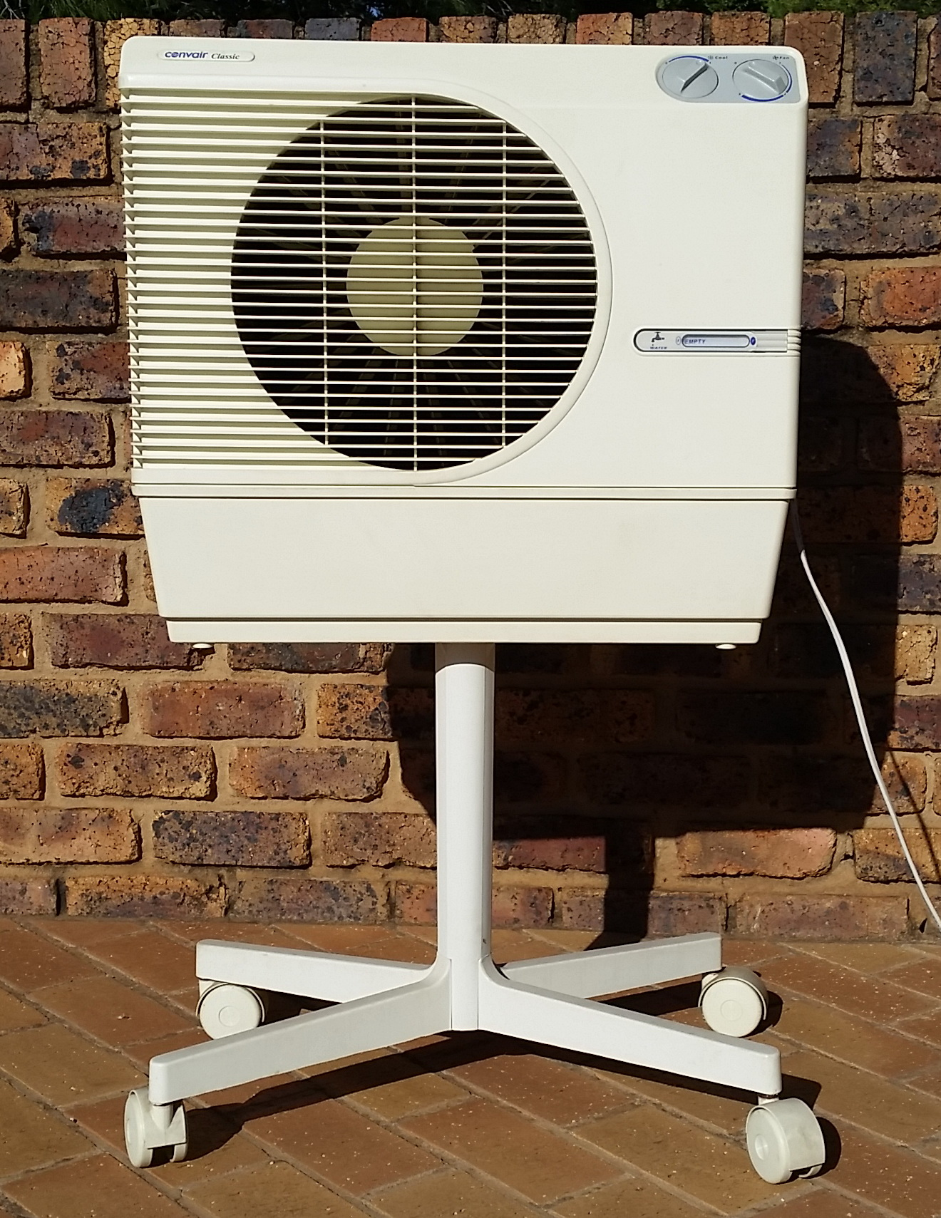 AIRCONDITIONER- Portable water evaporation air conditioner with 3 speed fan.