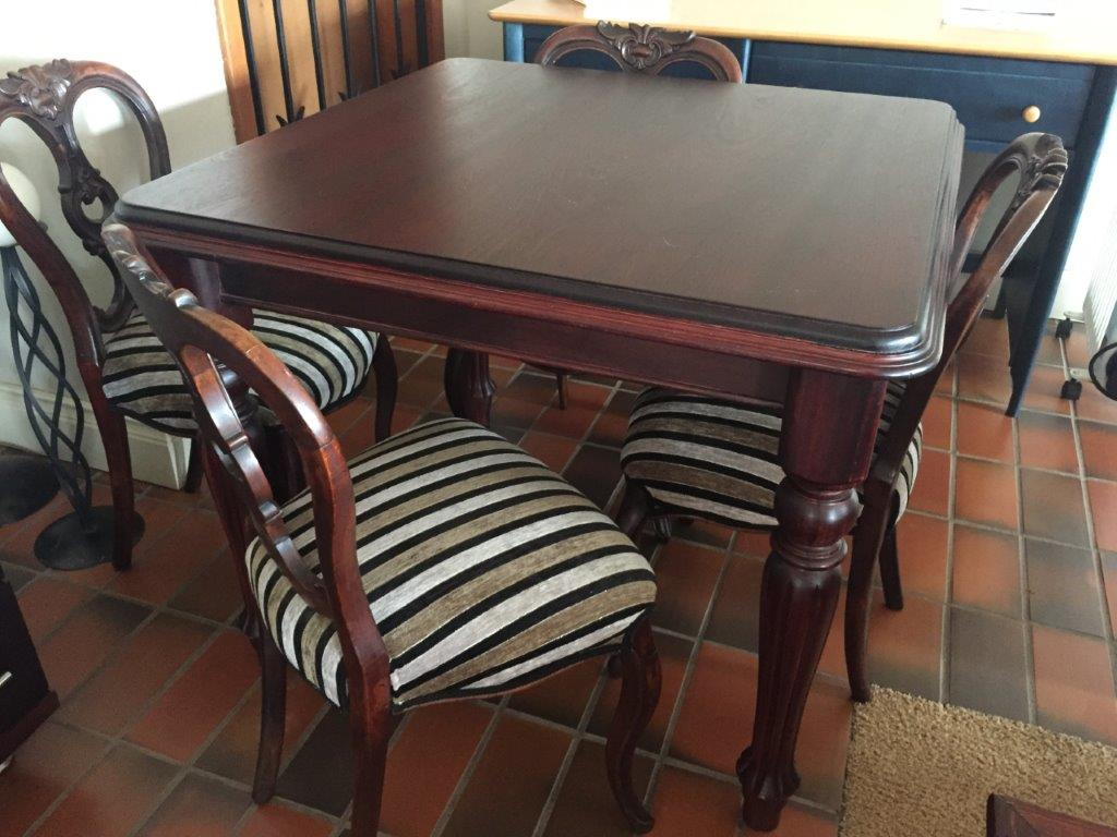 DININGROOM TABLE & 4 x CHAIRS. EXECUTIVE MAHOGANY & 4 xDINING CHAIRS