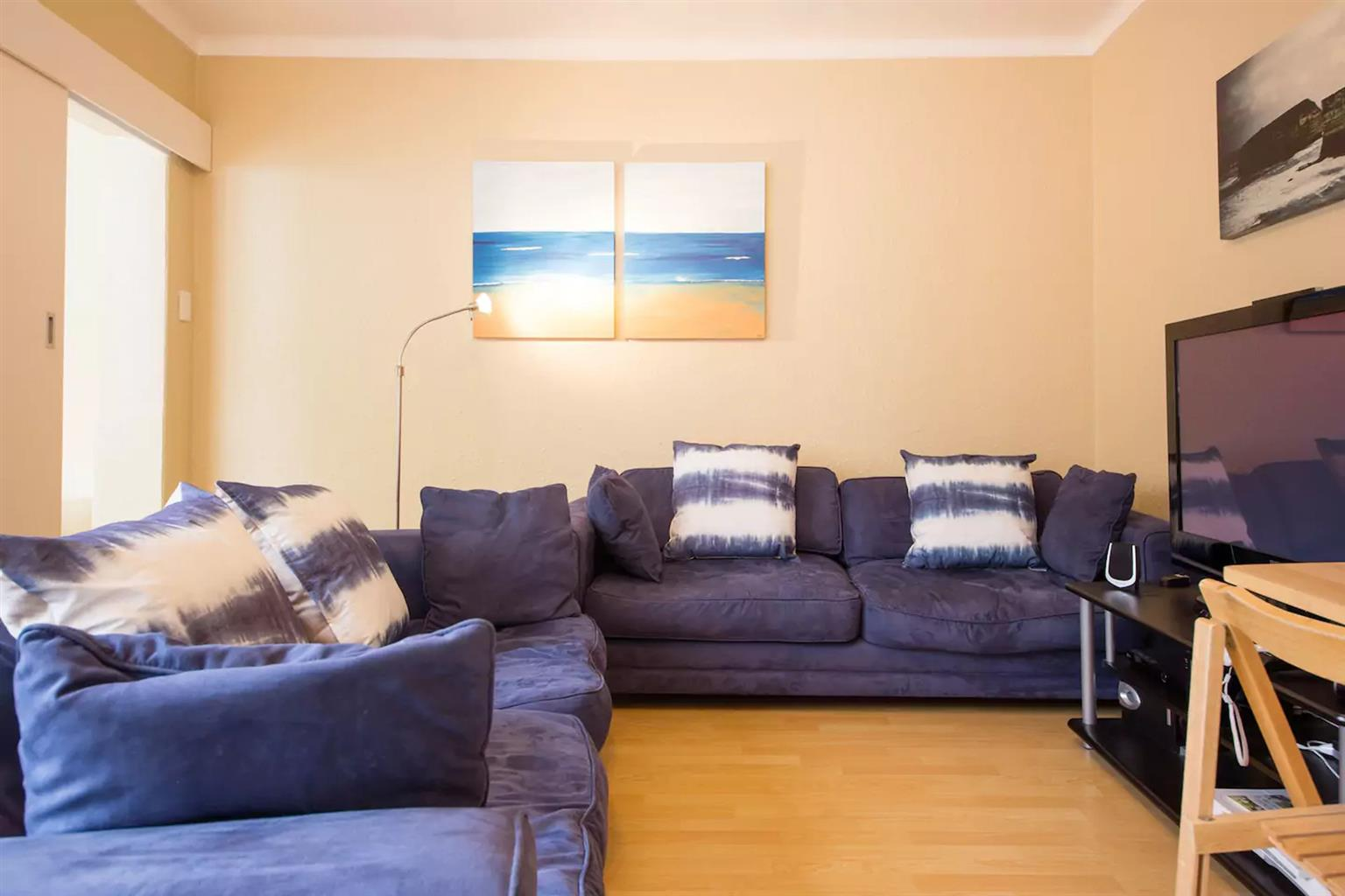 Upmarket fully furnished 1 bedroom flat in Tamboerskloof: Modern, secure and fully equipped - move in with just your clothes!