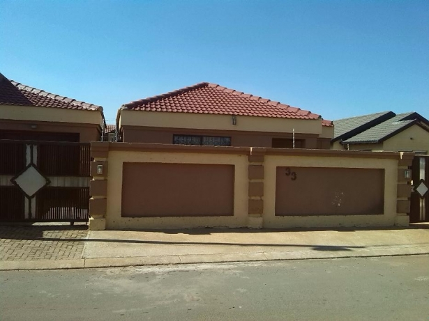 3 Bedroom House with a swimming pool for Sale in Vosloorus Ext6