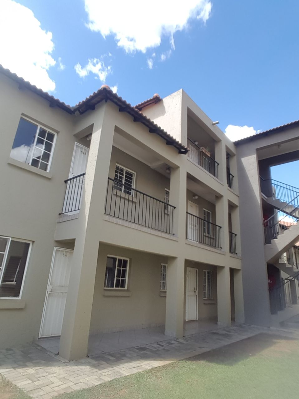 2 Bed 1 Bath apartment in Potchefstroom for sale.  Perfect student accommodation!