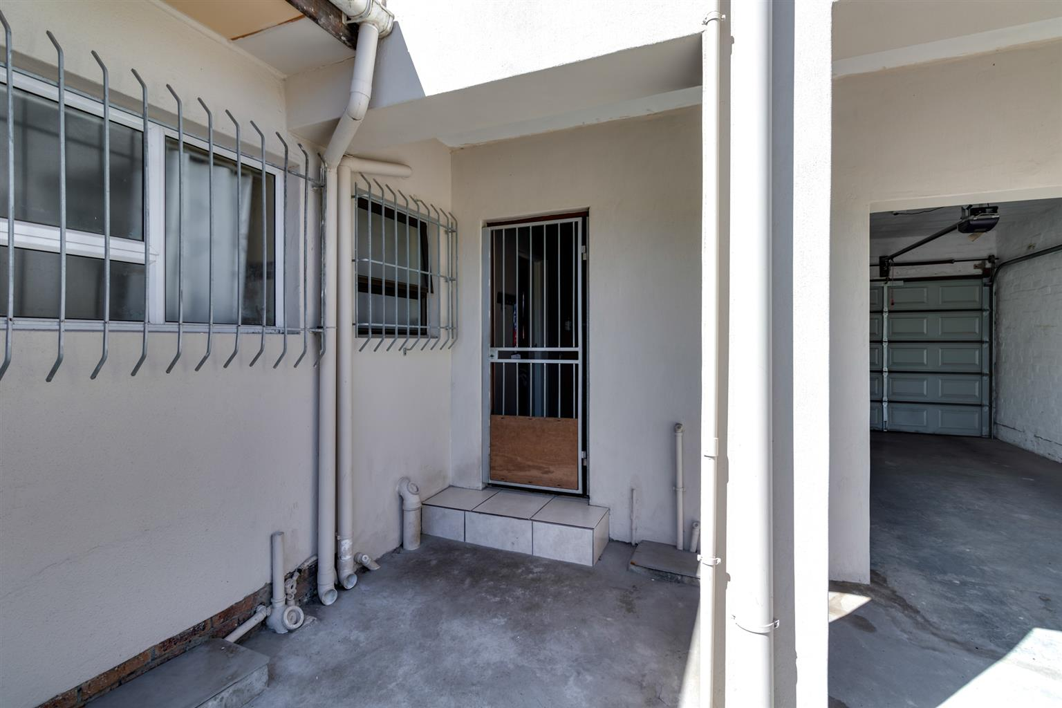 Neat 1 bedroom garden apartment available in Ferndale for occupation 1 March @ R4, 800 PM