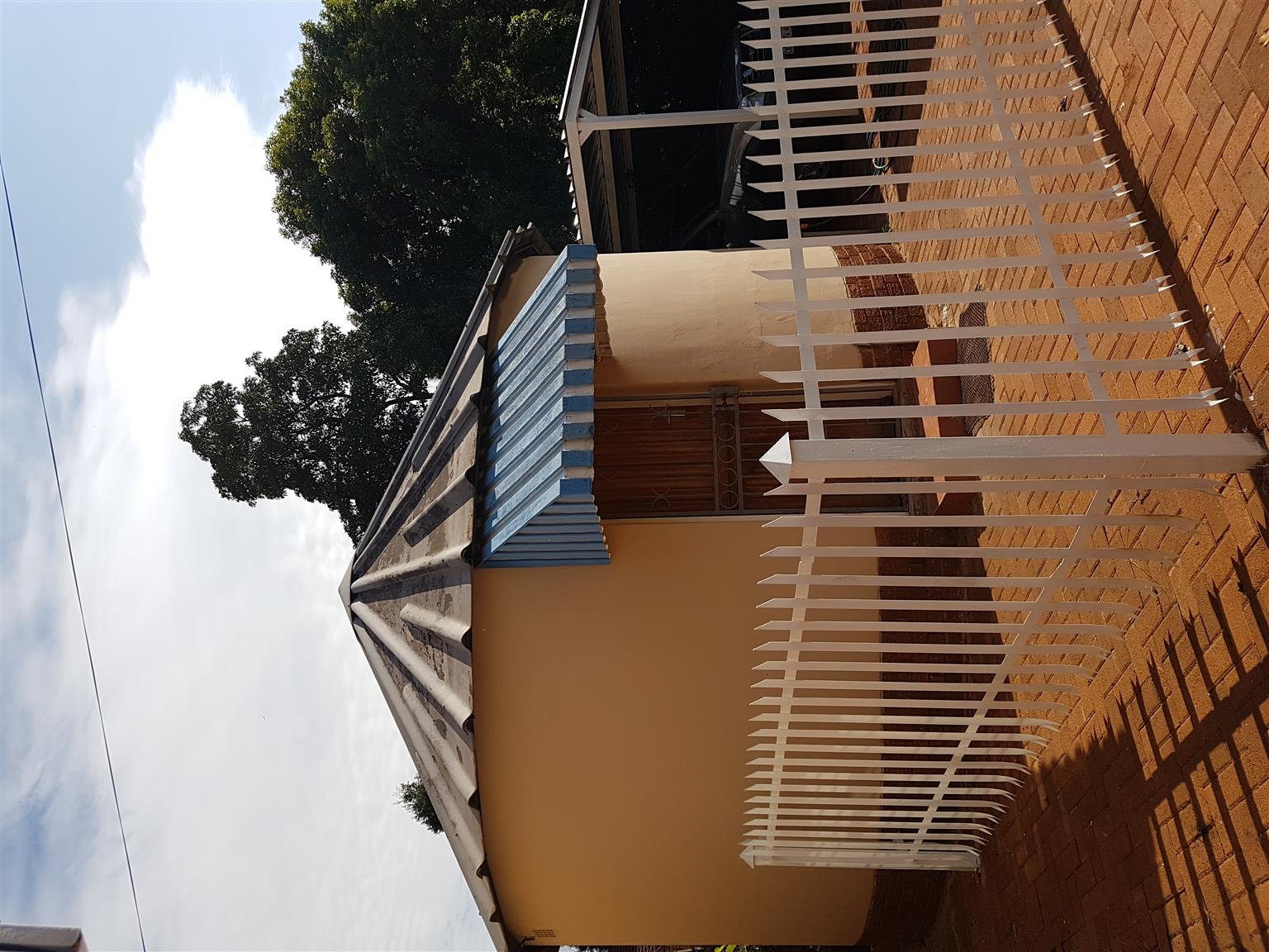 Rondavel to rent in Waverley, Pretoria, for 1 student/worker.