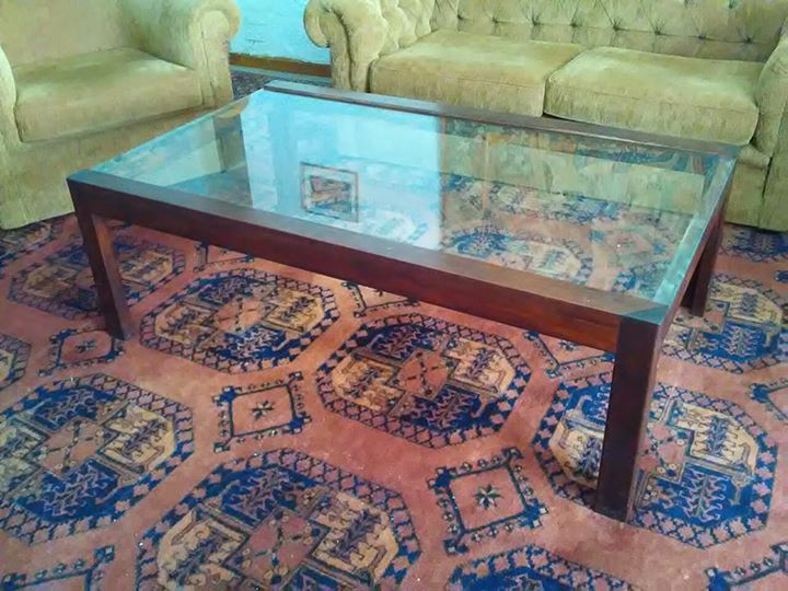 Glass-top table 82 x 135 cm and 45 cm high
