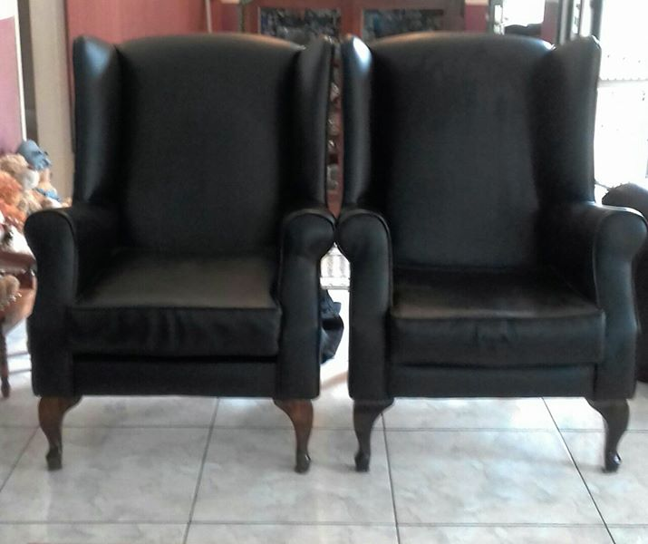 2 BLACK 1 SEATER COUCHES