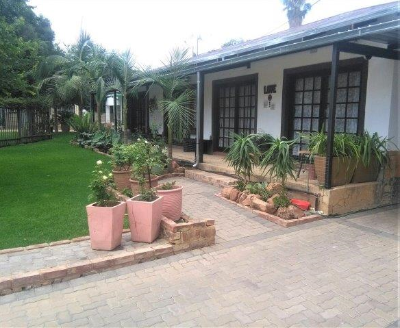 Moot above Pierneef Street Villieria Pretoria, 7 bedrooms available in a commune to rent