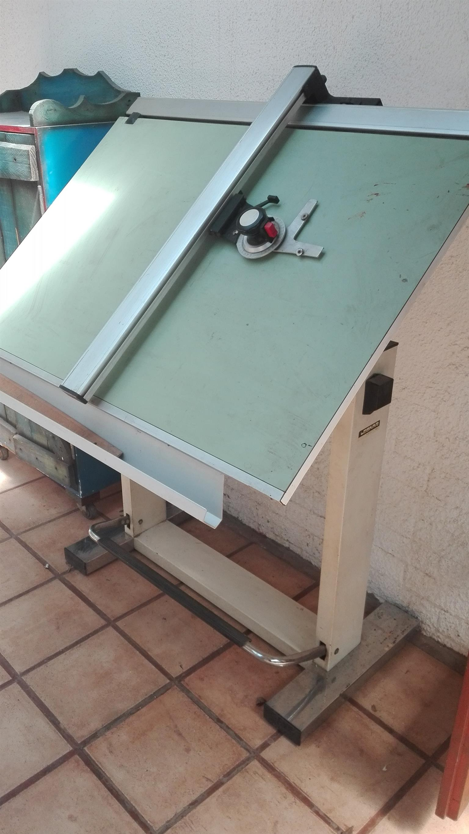 Leonar drafting table