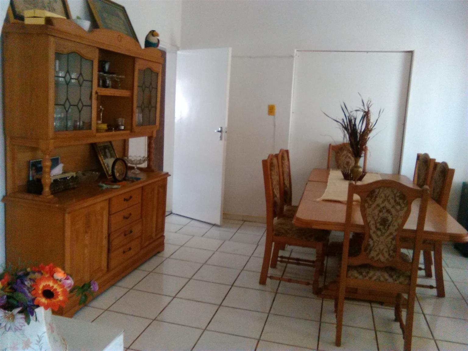 R 2 900 For Sale Dining Room Table