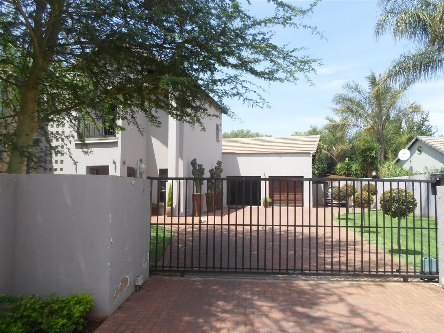 Midstream Estate Home close to Schools on Auction!
