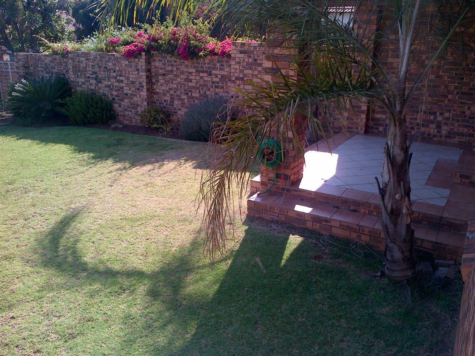 MoreletaPark. 2 Bed townhouse, 2 bathr, d/garage, lovely big garden. Quiet area. 1 January 2018. 0827842141.