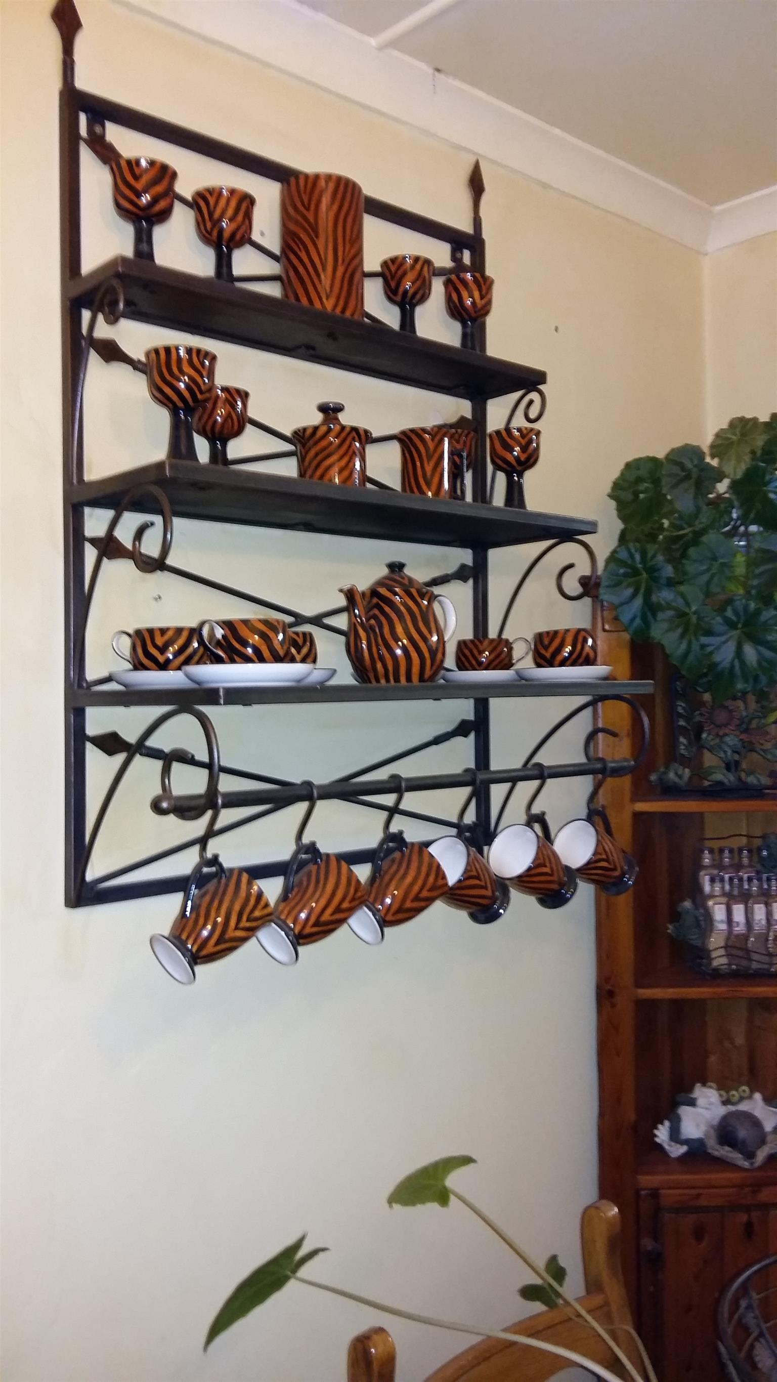 SHELF UNIT FOR WALL IN WROUGHT IRON WITH CROCKERY SET.