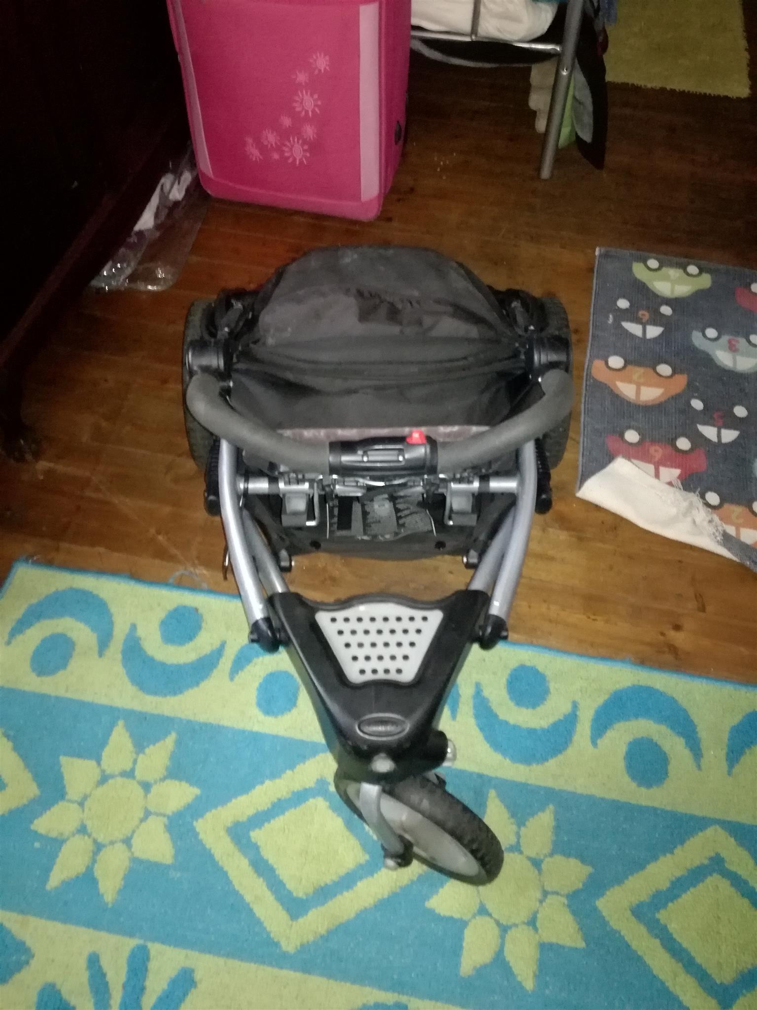 Graco trekko 3 wheel jogging pram and car seat