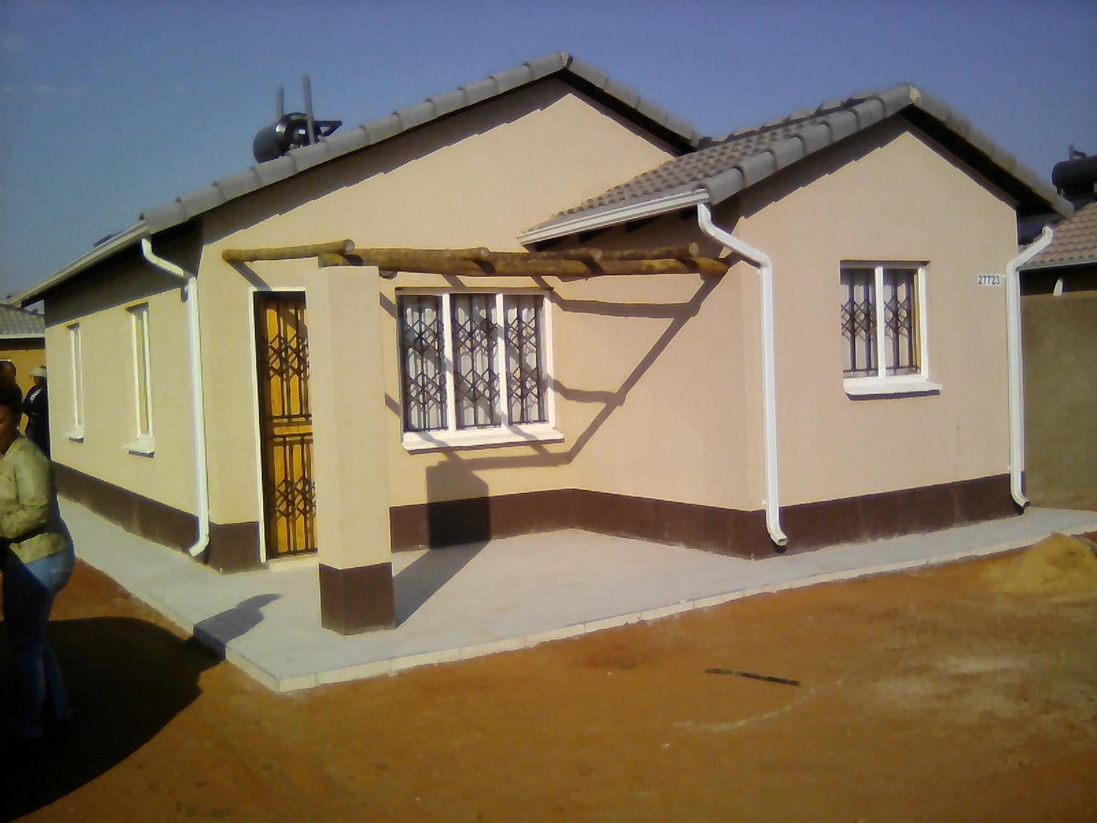 Two bedroom house with ensuite to rent in Protea Glen Ext 22, R3800 with Built-in-cupboards and huge corner yard.