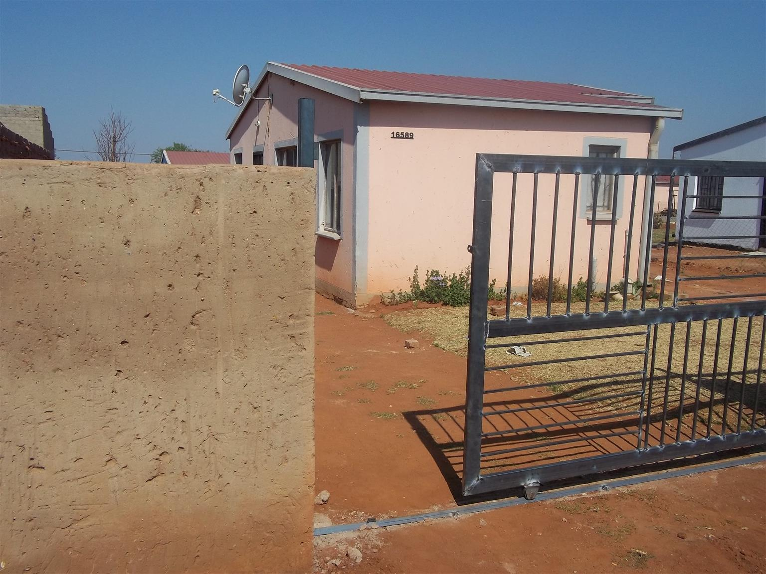 Three bedroom house to rent in Glenridge, R3700 with wall and gate, Empty now