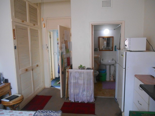 Randburg Central open plan bachelor flat with bathroom and kitchen, Rental R3700 secure parkin