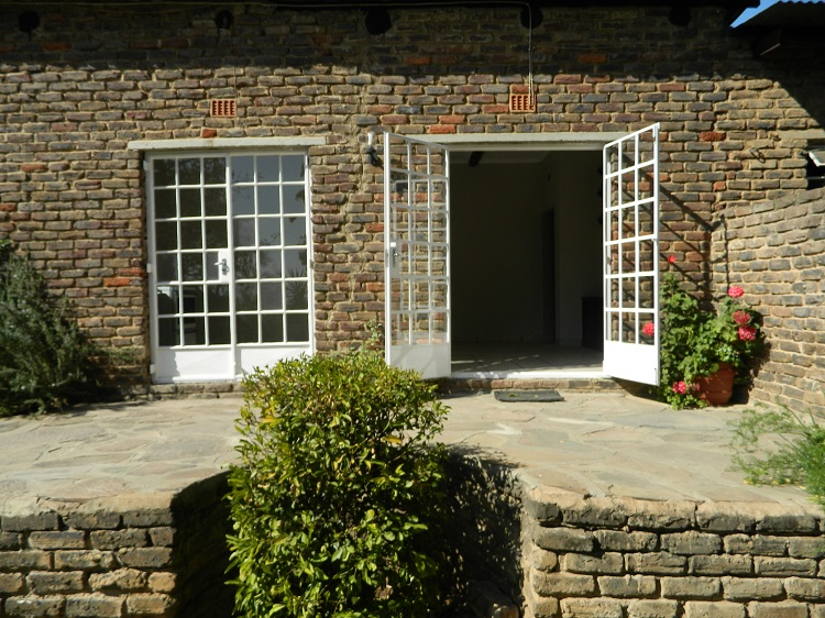 Beautiful Self-Contained 2 Bedroom Cottage. Available