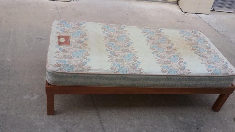 wooden single bed base and mattress  in very good condition mattress