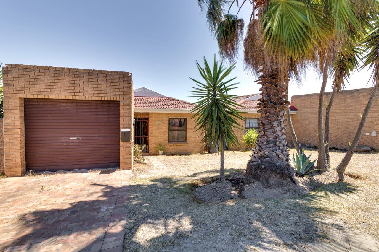 Neat 2 Bedroom, 1bathroom townhouse available in Normandie for occupation 1 March @ R8, 900 PM