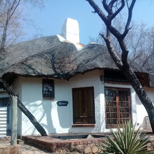 Leeupoort Dubbelverdieping Grasdak huis te huur vir naweke en vakansies naby Koedoeskop, Limpopo