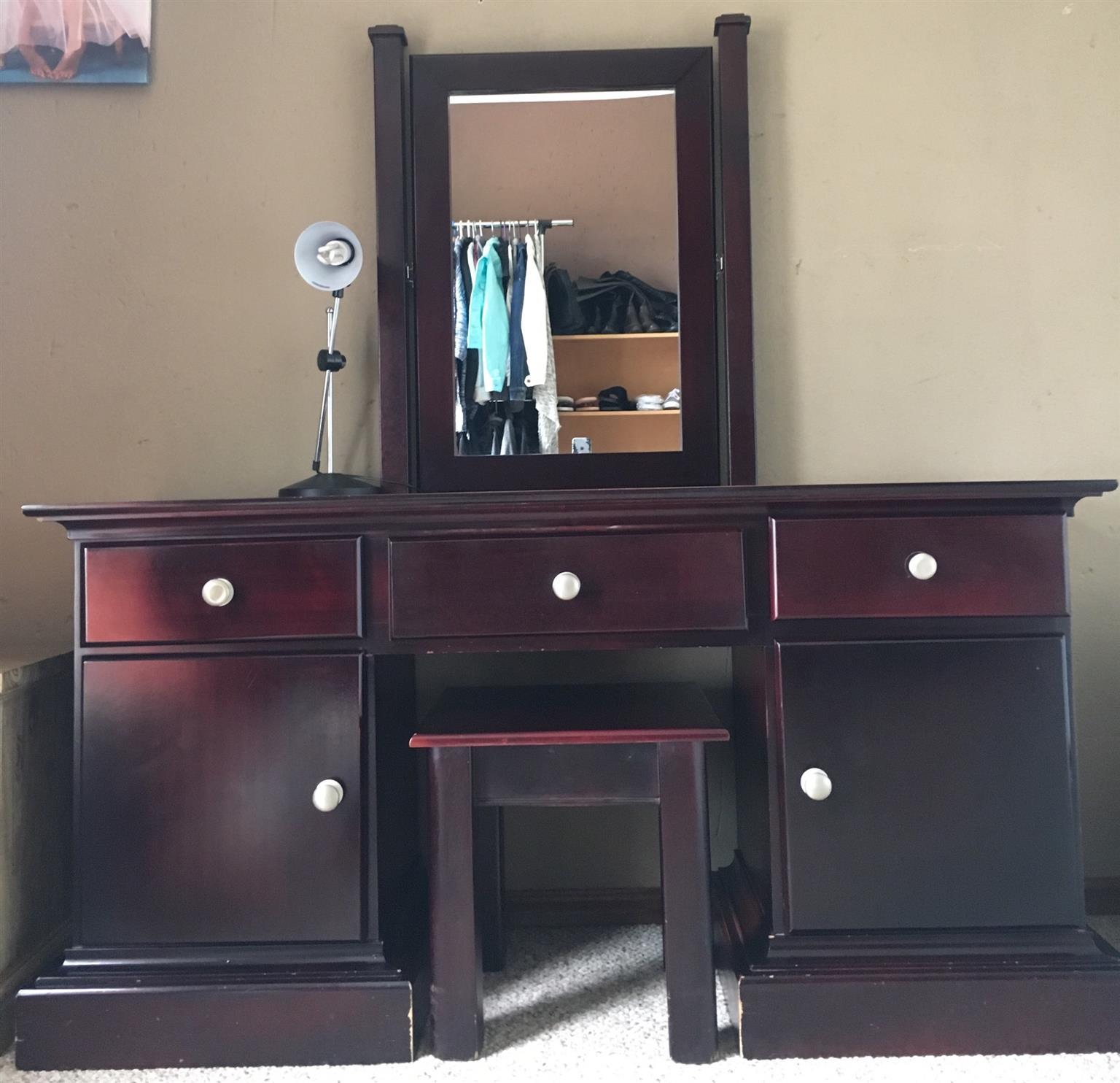 6 Piece Queen Size Bedroom suite
