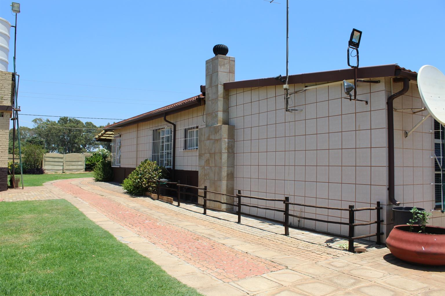 BENONI-BIIG BIG BARGAIN FOR YOU- 2.4 Ha-SPOTLESS RESIDENCE-7 CAR PORTS-ONLY R1.4 Mil
