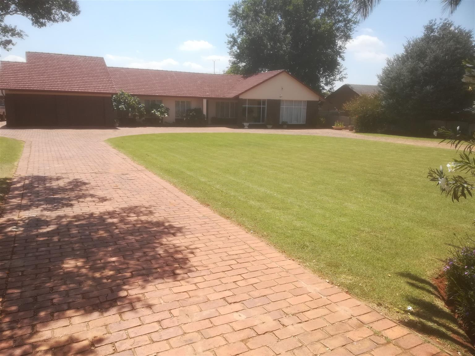 Amazing 6 Bedroom House House For sale (Daggafontein ext.=Springs)