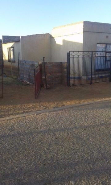 neat 2 bedroom,3 backrooms house for sale in windmill park boksburg.R310000 negotiable