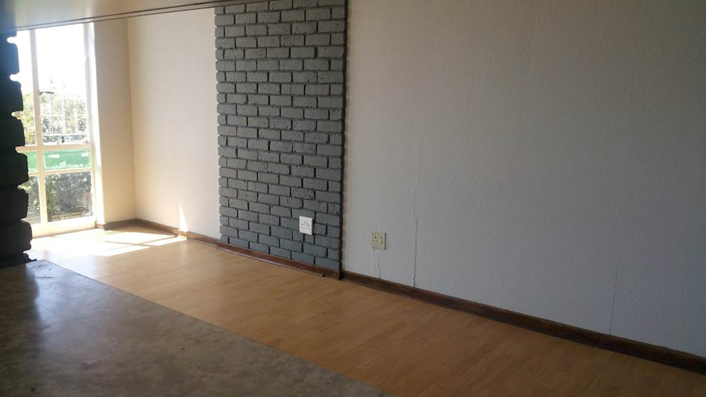 Killarney available immediately open plan bachelor flat in secure building near the Killarney Mall with bathroom and kitchen, Rental R4500 excl w&l
