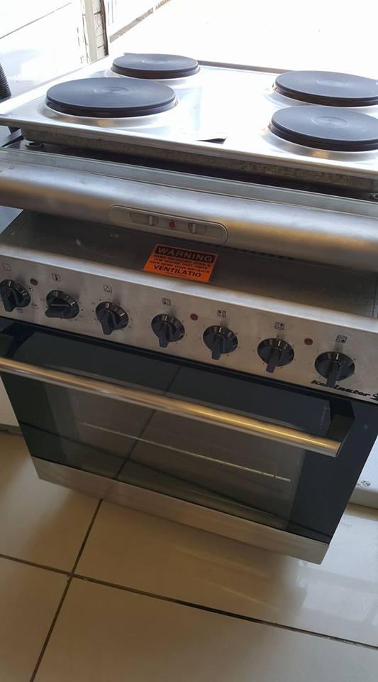 New Kelvinator oven, hob + cookerhood.