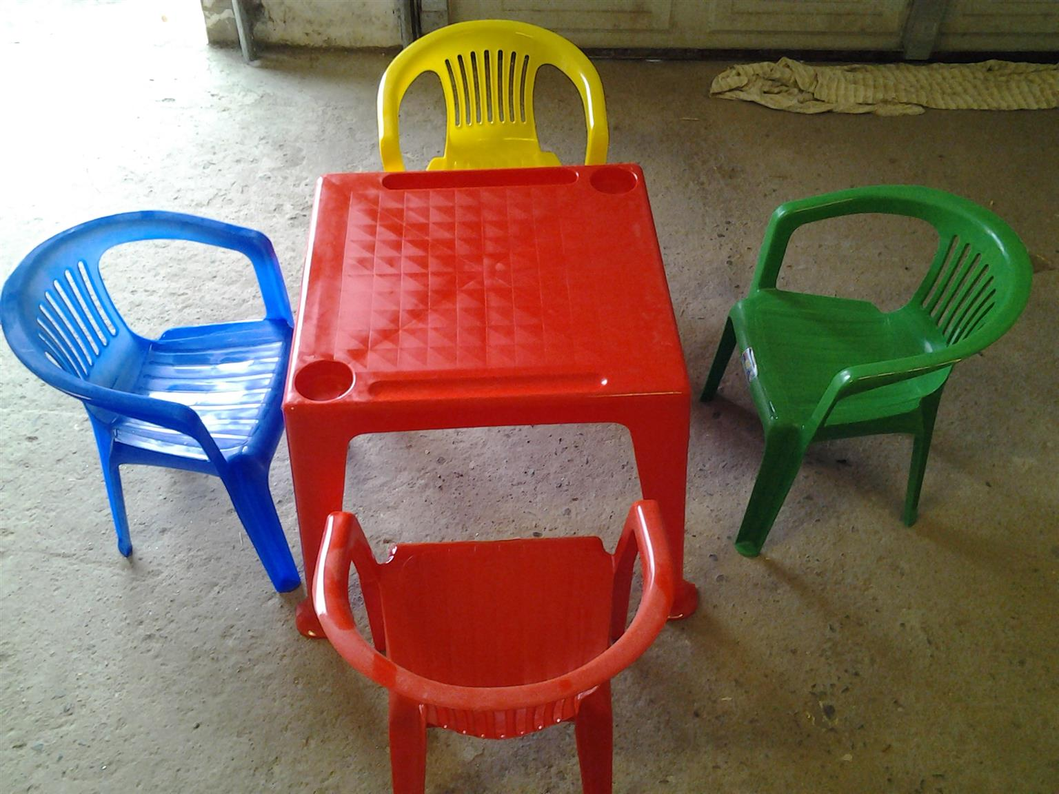 KIDDIES PLASTIC TABLE(SIZE 450MM X 450MM) AND 4  CHAIRS @ R250per set . Ideal for day care. Plenty of stock