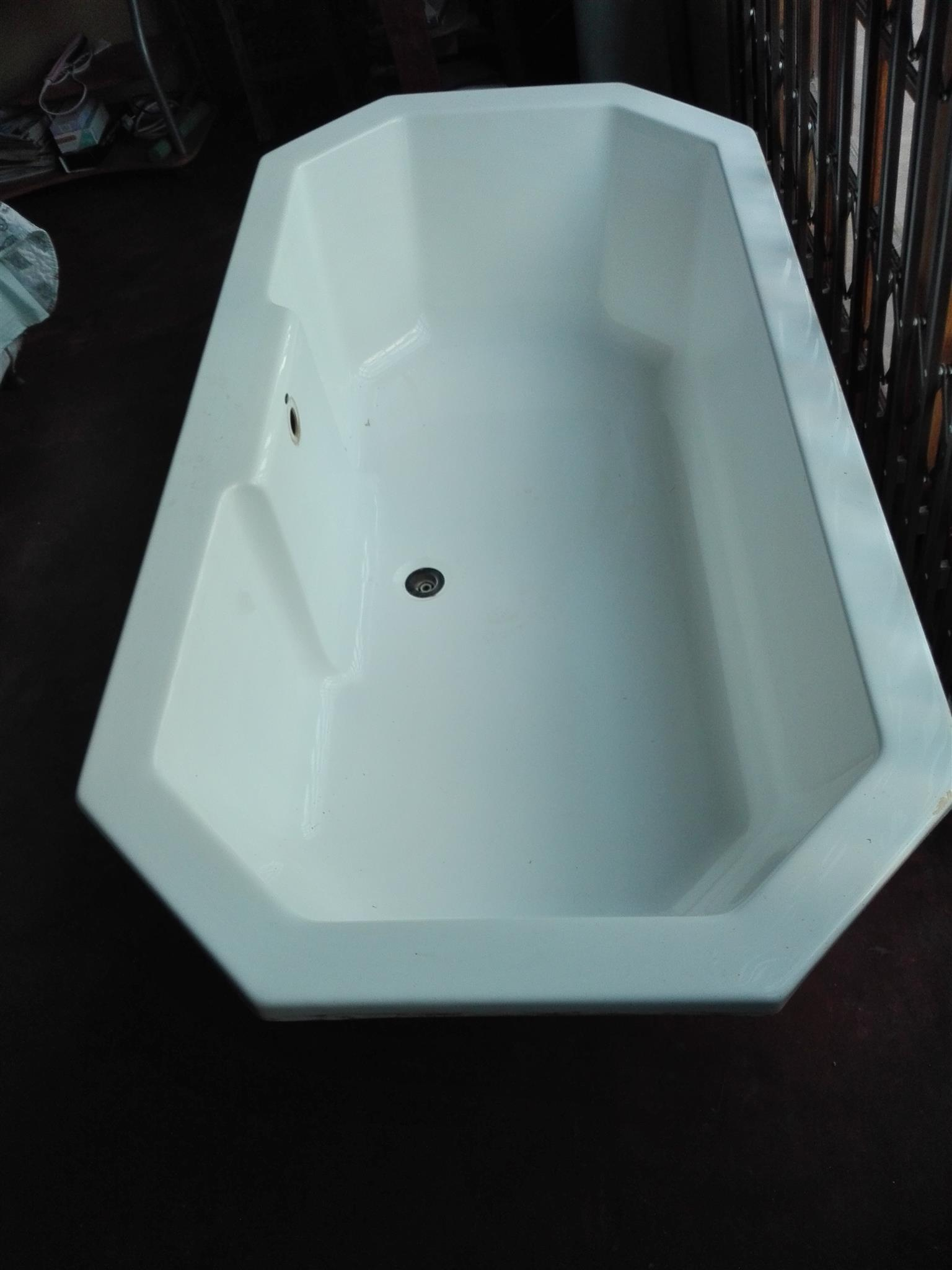 White fibreglass bath | Junk Mail