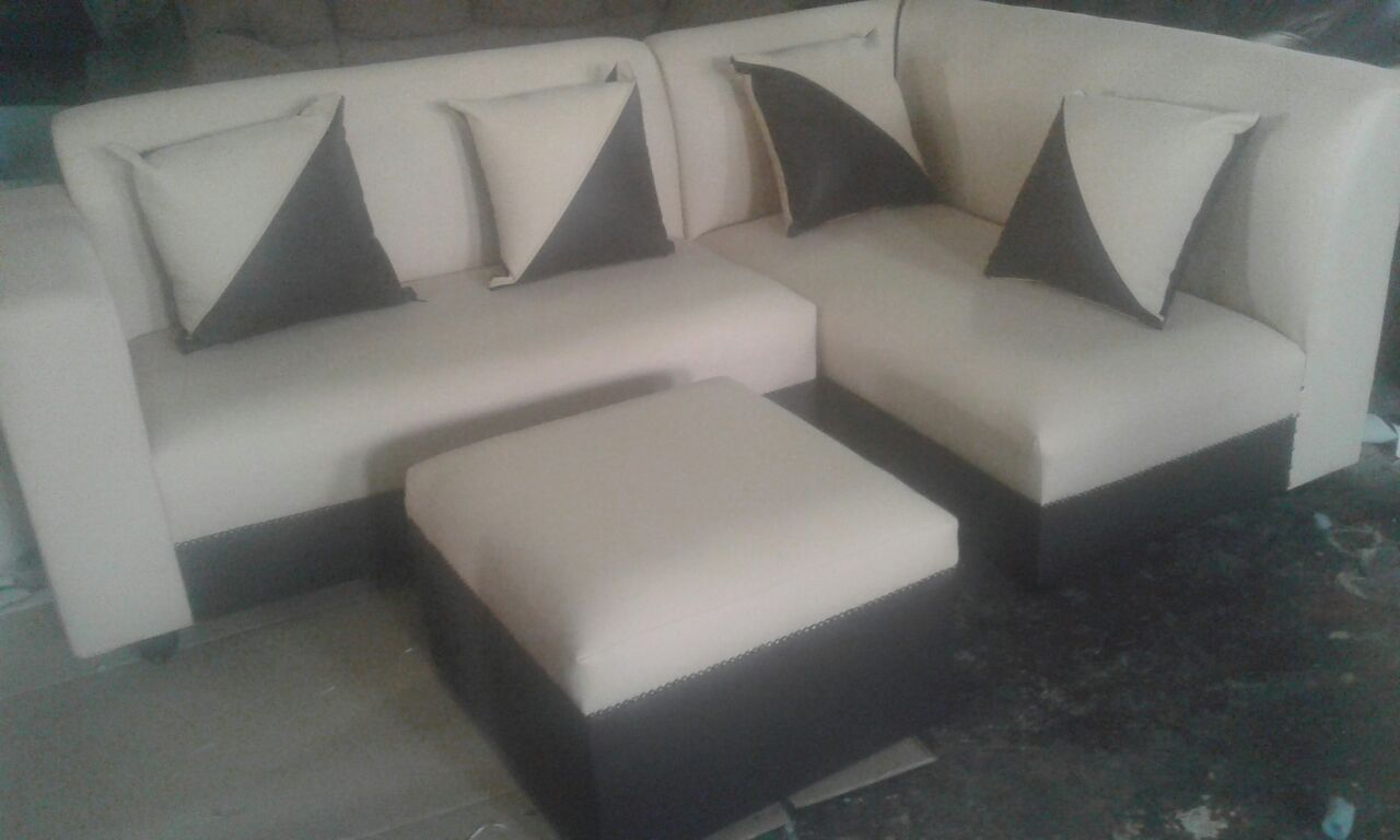 4 Seater corner couch, 4 cushions and 1 ottoman